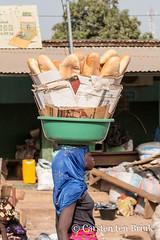 Korhogo morning (10b travelling / Carsten ten Brink) Tags: 10btravelling 2018 africa africaine african afrika afrique carstentenbrink cotedivoire elfenbeinkueste iptcbasic ivorian ivorycoast korhogo senoufo senufo westafrica africain baguette bread carrying cmtb food icarry ivoirien ivoirienne marche market north tenbrink vendor woman