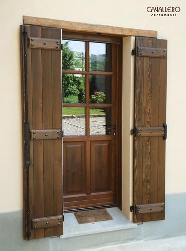 Portone in legno a vetri con inglesina e scuri esterni con serratura sicurezza