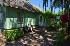 Lithuania / Trakai / Datcha / 1/2 (Pantchoa) Tags: lituanie trakai maison datcha vacances bois linge sèche banc ciel arbres nature ombre personne 35