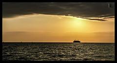 entre el horizonte y las nubes/between the line and the curve (Luis kBAU) Tags: despedida atardecer sea