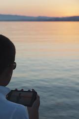 Fotos al atardecer (Lt. Sweeney) Tags: ocaso atardecer mar mediterráneo murcia laazohía colores color móvil niño chico boy agua water sea encuadre frame cliché mood escena scene