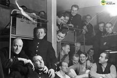 tm_4599 - Mjölby 1943 (Tidaholms Museum) Tags: svartvit positiv gruppfoto människor soldat mjölby festligheter 1943