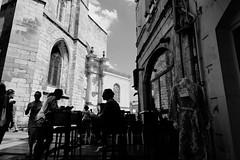 Des silhouettes à l'épicerie Italienne devant la Cathédrale à La Rochelle (Paolo Pizzimenti) Tags: cheveux rouge vert marché italienne épicerie larochelle rochefort paolo olympus silhouettes ombres zuiko penf 12mm 17mm f18 film pellicule argentique m43mirrorless doisneau