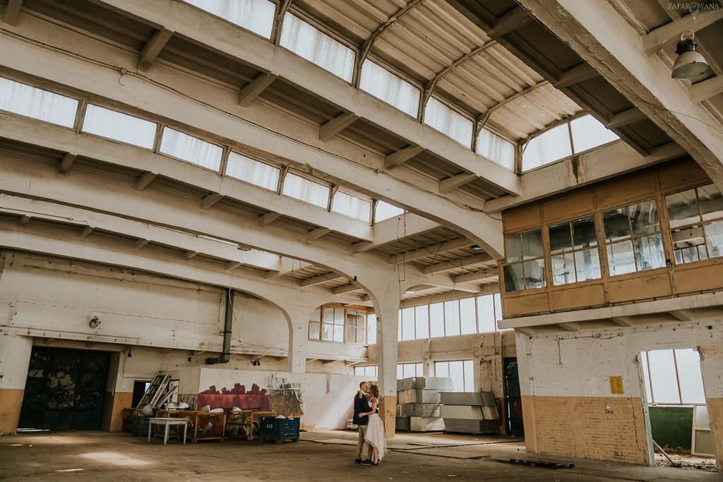 028 - ZAPAROWANA - Industrialna sesja ślubna - Fabryczne Atelier & Cegielnia