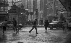 Storm (Julio López Saguar) Tags: segundo juliolópezsaguar madrid españa spain ciudad city urban urbano blancoynegro blackandwhite película film madridvidamía madridmylife tormenta storm gente people corriendo running lluvia rain callao