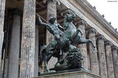 Altes Museum, Berlin : statue de guerrier (bronze) (philippeguillot21) Tags: bronze guerrier statue berlin altesmuseum allemagne deutschland europe capitale sculpture cheval lance pixelistes canon