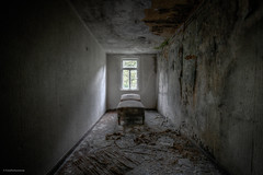 chill-out room (Foto_Fix_Automat) Tags: lostplaces urbex explore urbanexploring abandonedplaces decay eastgermany room indoor window