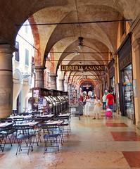 Dovunque, ma sempre vicino ad una libreria.  Bologna. (silviamaggi) Tags: bologna emiliaromagna italia italy portici libreria book books libri libro libreriaananni nanni