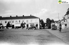 tm_4601 (Tidaholms Museum) Tags: svartvit positiv 1944 semesterresa värmland torsby torg stadsvy fordon