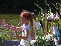 DSC07540-imp (John van Rhijn) Tags: kaaskopjes kindercorso varendcorsowestland 2018 middendelfland schipluiden vlaardingervaart vaart johnvanrhijn boot3c versierdeboten decoratedboats bloemen flowers meisje littlegirl netherlands helemaalhollands