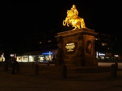 * (Reginald_9) Tags: august 2017 germany dresden night golden statue