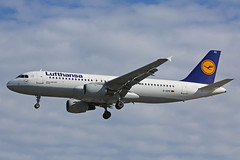 D-AIPE Airbus A320-211 Lufthansa Heathrow 27th August 2017 (michael_hibbins) Tags: daipe airbus a320211 lufthansa heathrow 27th august 2017 aircraft aviation aeroplane aerospace airplane air aero airport airports airliner airline civil commercial passanger passenger jet jets multiengined d german germany a320