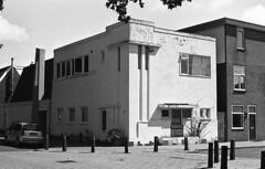 Block building (Arne Kuilman) Tags: kosmofoto kosmofotomono iso100 contax zeiss 50mm 50mmf17 slr film homedeveloped pyrocathd 11minutes developed developer netherlands nederland