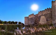 La Luna (juanmces) Tags: luna castillo muralla urueña villadeurueña valladolid villa pueblo lago agua laguna juanmces