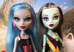Beach pals (Foxy Belle) Tags: monster high dolls beach bathing suits diorama 16 scale playscale vacation frankie stein ghoulia yelps swimwear
