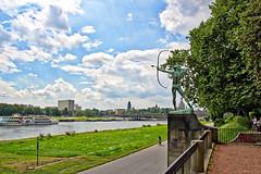 Dresden - Bogenschütze am Elbufer (www.nbfotos.de) Tags: dresden bogenschütze statue skulptur sculpture bronze elbe elbufer ausflugsschiff schiff ship rathausturm frauenkirche wolken clouds sachsen