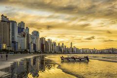 Sunset in B Camboriu Beach (rqserra) Tags: entardecer barco pescadores prédios camboriu reflexos nuvens amarelo pordosol praia sunset boat fisherman fishermen reflexions beach rqserra brazil
