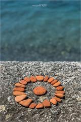 Steinkreis (Hanspeter Ryser) Tags: landart kunst art wasser stein rot ferien kreis comersee see italien