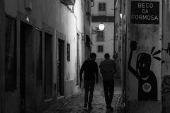 histórias pequenos doces de lisboa (II) (*) (Özgür Gürgey) Tags: 2018 50mm alfama bw d750 lisboa lisbon nikon portugal alley candid evening graffiti lowlight people silhouettes street