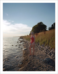 at sunset (macfred64) Tags: red film analog mediumformat 645 6x45 fujiga645wi fujinon45mmf4 kodakektar100 mia maria portrait redswimsuit thenetherlands 2018 laaxum sunset ijsselmeer