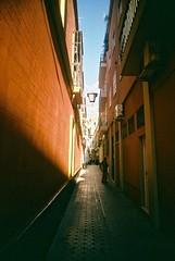 (Jill Slater) Tags: 35mm film canonae1 canonfd canonfd35mmf2ssc fujifilmsuperia400 andalusia spain españa seville sevilla street orange glow lane narrow