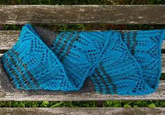 _DSC1494-2 (KateSi) Tags: strikking strikke knitting knitted tricot tricotage tricoter tejido tejer yarn garn hilo fil lace cloudborn blonder puntilla dentelle merino shawl scarf sjal châle mantón skjerf bufanda écharpe blue azul bleu blå grey gris grå fiberart