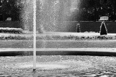 Im Schlossgarten von Schleißheim, Bayern (Janos Kertesz) Tags: scloss schleisheim bayern bavaria springbrunnen bank bench water fountain sky park stream summer splash cascade palace outdoor