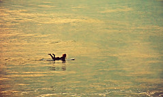 Ventana al invierno (Aprehendiz-Ana Lía) Tags: flickr nikon argentina invierno deporte náutico mar mare water agua océano imagen digital mdq winter hiver sea analialarroude mujer