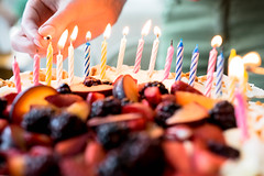 Eine Person zündet Kerzen auf einem Obstkuchen an (marcoverch) Tags: candles flame cake lighting match person birthday fruit hand anzünden kerzen obstkuchen candle kerze flamme party noperson keineperson burnt verbrannt candlelight kerzenlicht food lebensmittel blur verwischen celebration feier wood holz kuchen stilllife stillleben many viele group gruppe dark dunkel color farbe birthdaycake geburtstagskuchen light licht christmas weihnachten sweet süss mono usa stars child leaf vacation boeing bus railroad leica