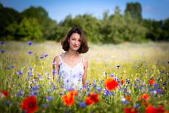 Entre fleurs (Fernando.P.Photo) Tags: portrait exterieur champs fleur coquelicot bleuet blanc robe