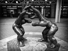 [let´s_fight] ([sczepurek_photography]) Tags: hands hände hand skulptur stahlskulptur stahlkunst figur street streetart streetlife urban urbanart city cityviews fight touch dortmund germany kampf rumble angriff attack