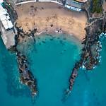 Bird eye view of an unusual beach governed by rocks / Vogelperspektive eines ungewöhnlichen Strandes regiert durch Felsen thumbnail