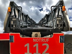 The sky is so close (ANBerlin) Tags: stadt city städtisch urban leiterwagen ladderwagon laddertruck drausen outdoor wolken clouds himmel sky heaven linien lines abstrakt abstract struktur structure ausergewöhnlich extraordinary brandweer pompieri bomberos pompiers 112 notruf emergency sos distresscall feuerwehr fireservice firebrigade firedepartment tagderoffenentür deutschland germany berlin charlottenburg siemensstadt nikolausgrosweg anb030 shotoniphone iphotography iphonography 8plus iphone8 iphone apple