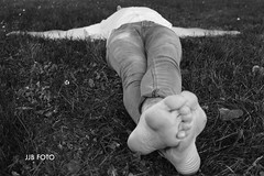 Lying (Juan José Bors) Tags: fotógrafo retrato portrait male masculino hombre man descalzo barefoot pies feet hierba grass asturias asturies spain españa blancoynegro blackandwhite escorzo