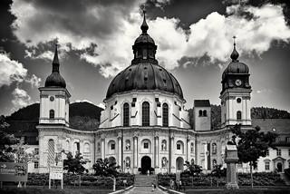 Die Klosterkirche unter Wolken