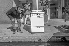 Man wants the kitchen / El hombre quiere la cocina. (Wal Wsg) Tags: manwantsthekitchen elhombrequierelacocina 7dwf 7dwfbw 7dwfthursdaysbw byn bw blancoynegro blackandwhite man hombre cocina streets street callejeando calle candid candidstreet dia day phwalwsg canoneosrebelt6i canon