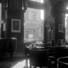 Café Schwarzenberg (ucn) Tags: wien vienna weltaweltax berggerpancro400 agfastudional filmdev:recipe=11570 developer:brand=agfa developer:name=agfastudional caféschwarzenberg tessar kaffeehaus