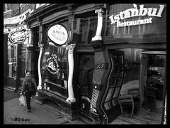Una copa de más! (mariadoloresacero) Tags: rues calles street hommes homme men man hombre hombres wine vin vino beer bière alcohol cerveza bar restaurant restaurante cafetería