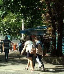 hora certa para chegar (luyunes) Tags: streetscene streetphotography streetphoto streetshot streetlife mobilephotographie mobilephoto motozplay luciayunes fotoderua fotografiaderua cenaderua mulheres woman lifestreet