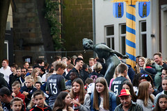 Müller+Hummels (jueheu) Tags: müller hummels publicviewing ziegenbrunnenarena wm schüttorf grafschaftbentheim fussball menschen people menge brunnen marktpaltz 13 5