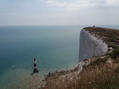 """""""Ich fühl mich so klein."""" sagte der Leuchtturm zu den Klippen. (QQ Vespa) Tags: leuchtturm lighthouse clipps beachyhead england steilküste klippen gb sussex sevensisters"""