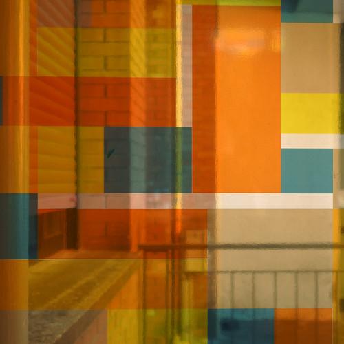 Angolo di un edificio visto attraverso strati di colori trasparenti e ben ordinati. Building corner viewed through layers of well ordered, transparent colors.