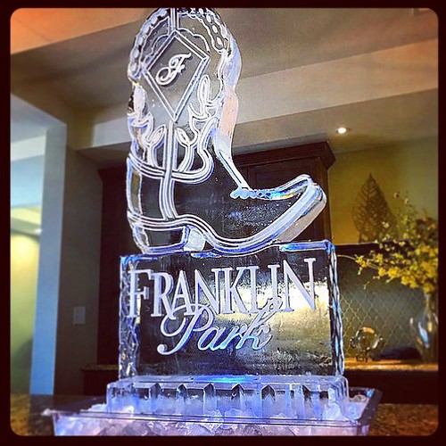 Kicking it at #franklinparkalamoheights #custom #icesculpture #fullspectrumice #thinkoutsidetheblocks #brrriliant - Full Spectrum Ice Sculpture