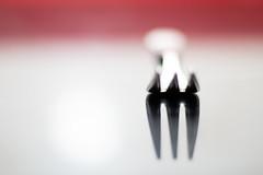 [26-52X] - Con luz 2/4 - Reflejos (Marmotuca) Tags: 52x luz reflejos tenedor minimalismo cocina cubierto