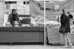 LA CLIENTELA SE HACE ESPERAR (Mane C:) Tags: woman bw bnw bnwphotography blackandwhite blackandwhitephoto blackandwhitephotography bnwstreet blanckandwhitephoto euskadi mercado rue street streetphotography streetphoto streets streetphotographer streetlife mujer noiretblanc calle market blancetnoir hombre blancoynegro monochrome urban artist artista city vitoria photography girl nikon monocromo monocromatico monocolor bn man