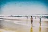 Que l'amour est bizarre (Fabrice Le Coq) Tags: rouge océan plage mer ciel sable eau personnes vagues flou bleu sel salé été vacances silouhète nostalgie
