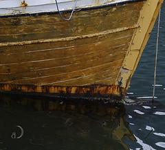 Vieille coque en attente/old hull waiting (bd168) Tags: wood hull coque boat bateau reflets reflection eau mer water sea moored amarrée été summer xt10 xf50mmf2rwr