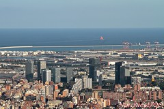 Buscando su rumbo... // Looking for his course... (Nordwest700) Tags: nordwest700 canon7d ef24105mmf4lisusm barcelona l´hospitalet edificios
