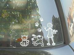 430 (en-ri) Tags: sticker adesivo bianco sony sonysti lunotto auto automobile car ragazza girl cani dogs