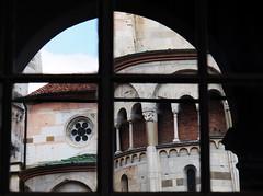 Riflessi modenesi - Reflections from Modena (Ola55) Tags: ola55 italy emiliaromagna hccity italians duomo cattedrale cathedral modena arco arch antico ancient architettura architecture doorsandwindowsaroundtheworld